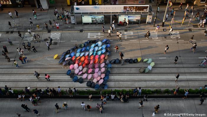 香港市民在铜锣湾用七彩的雨伞拼成了一把大型雨伞