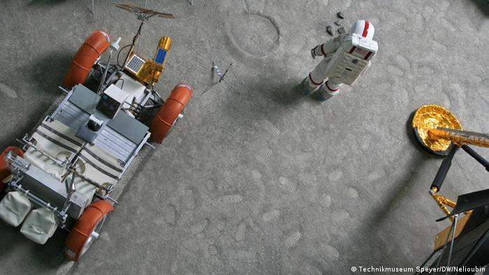 Опора макета лунного модуля Eagle, копия скафандра и лунный автомобиль