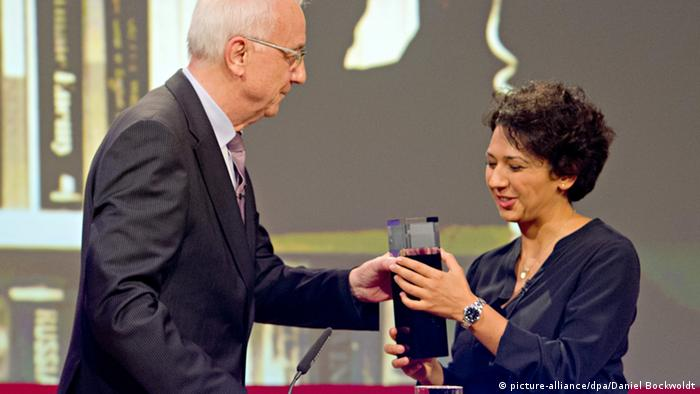 دریافت جایزه از دست فریتس پلایتگن، رئیس شبکه غرب تلویزیون آلمان (WDR)
