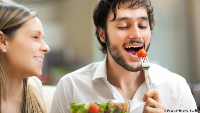 Symbolbild Pärchen isst einen Salat