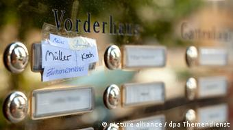 Name sign at the front door of an apartment, Copyright: picture alliance / dpa Themendienst