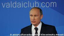 epa04461471 Russian President Vladimir Putin speaks during a session of political discussion club Valdai in Sochi, Russia, 24 October 2014. EPA/MIKHAIL KLIMENTIEV/RIA NOVOSTI/KREMLIN POOL MANDATORY CREDIT/RIA NOVOSTI/ +++(c) dpa - Bildfunk+++