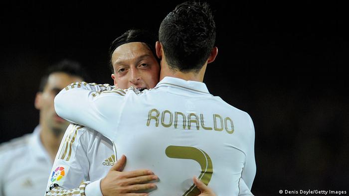 Bir dönem Real Madrid'te forma giyen Özil, dünya futbolunun en büyük yıldızlarından, takım arkadaşı Ronaldo ile gol sevinci yaşıyor