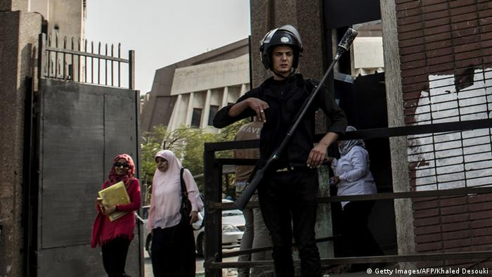 An Egyptian riot policeman stands guard in front of al-Azhar university. (Photo: KHALED DESOUKI/AFP/Getty Images)