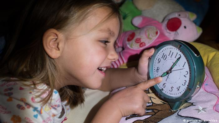 Child with clock (Photo: Patrick Pleul/dpa +++(c) dpa - Bildfunk)