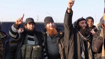 عمر شیشانی (چچنی) فرمانده ارشد دولت اسلامی (نفر وسط)