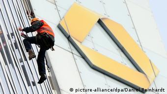 Логотип Commerzbank на стене здания