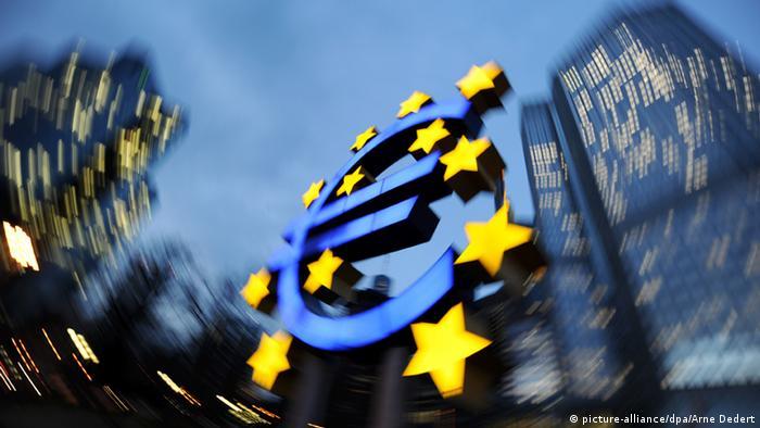 Euro-Skulptur vor der alten Zentrale der Europäischen Zentralbank in Frankfurt am Main
