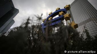 Euro-Symbol steht vor der Europäischen Zentralbank in Frankfurt am Main