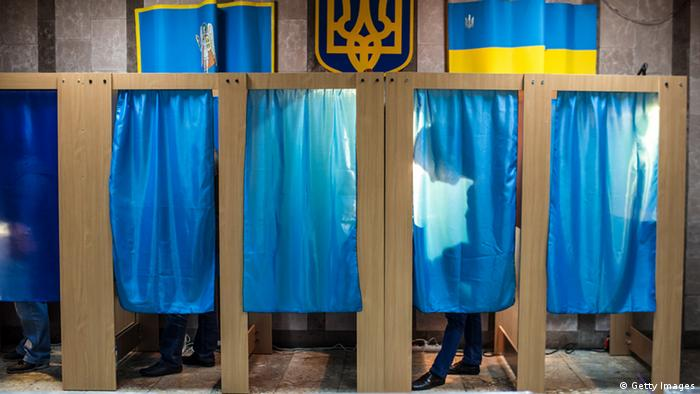 Кабинки для голосования на избирательном участке в Киеве. Фото из архива