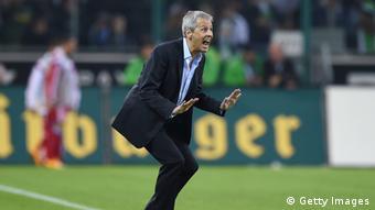 Lucien Favre in Aktion bei einem Spiel an der Außenlinie (Foto: Matthias Hangst/Bongarts/Getty Images)