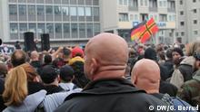 Rund 4500 Fußball-Hooligans haben am Sonntag in der Kölner Innenstadt gemeinsam gegen Salafisten demonstriert, überschattet wurde die Veranstaltung allerdings von Ausschreitungen. Dabei wurden mindestens 13 Polizisten verletzt, einer davon schwer. Sechs Personen wurden vorübergehend festgenommen. Copyright: DW/G. Borrud