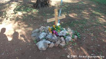 Σήμερα δεν υπάρχουν οι αχλαδιές, παρά μόνο κοτρώνια με ένα σταυρό