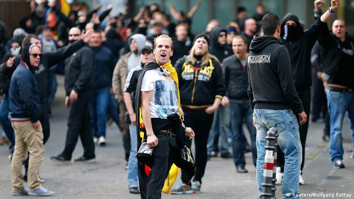 Футбольные фанаты на площади рядом с главным вокзалом Кельна