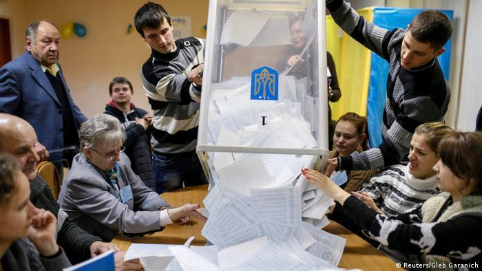 Stimmenauszählung in der Ukraine (Foto: Reuters/Gleb Garanich)