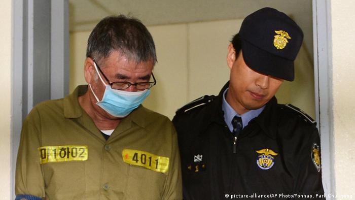 Kapitan Lee Joon-Seok auf dem Weg in den Gerichtssaal (Foto: rtr)