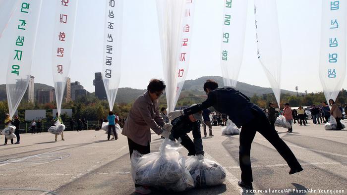 Südkoreanische Aktivisten schicken mit Ballons Flugblätter nach Nordkorea (picture-alliance/AP Photo/Ahn Young-joon)