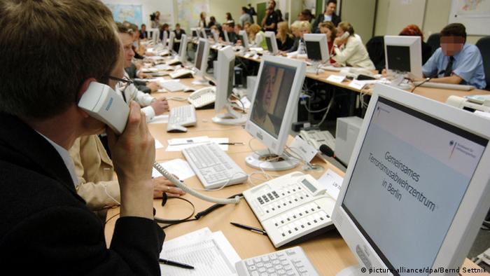Ein Arbeitsraum mit zahlreichen Computer-Arbeitsplätzen im Gemeinsamen Terrorismusabwehrzentrum in Berlin.
