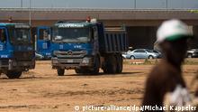 Baumaschinen der Firma Julius Berger sind am 02.11.2012 bei einem Straßenbauprojekt am Stadtrand von Abuja in Nigeria im Einsatz Foto: Michael Kappeler/dpa