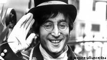 ARCHIV - Der britische Musiker John Lennon im November 1966. Eine Brille von John Lennon könnte im November in Los Angeles für 20.000 bis 40.000 Dollar (knapp 16.000 bis 31.000 Euro) versteigert werden, wie das Auktionshaus Julien's Auctions am 27.10.2014 mitteilte. Foto: dpa (zu dpa Brille von John Lennon könnte 40.000 Dollar bringen - nur s/w) +++(c) dpa - Bildfunk+++
