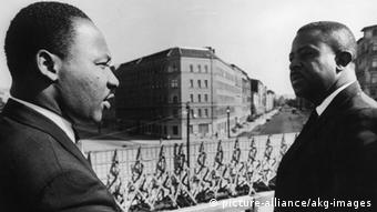 Berlin 1964: Martin Luther King (l.) an der Berliner Mauer (Foto: picture alliance)
