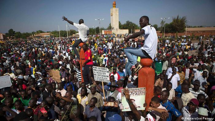 Eine Menschenmenge demonstriert mit Plakaten in der Hauptstadt Ouagadougou.