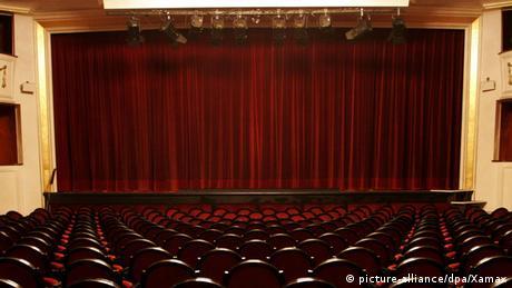 Leeres Theater mit geschlossenem Vorhang (picture-alliance/dpa/Xamax)