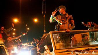 Wapiganaji wa kikurdi wa Peshmerga wakielekea Kobane