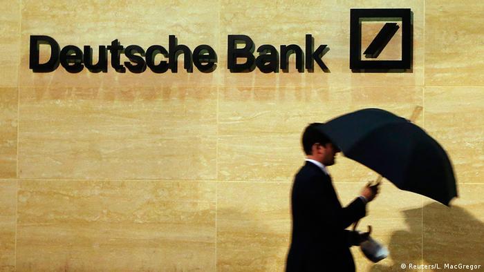 Großbritannien Deutschland Banken Deutsche Bank Logo Mann mit Regenschirm in London