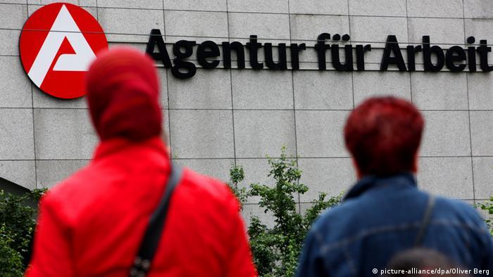 صورة رمزية من الأرشيف لأجانب أمام مكتب العمل في مدينة كولونيا