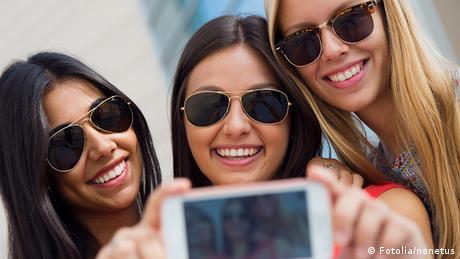 Drei Freundinnen machen ein Selfie mit Smartphone