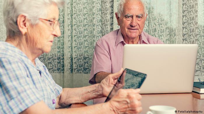 Deutschland Senioren mit Computer und Laptop