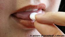 Deutschland Frau steckt eine Tablette in den Mund Modafinil
