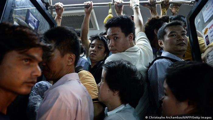 Thai commuters pack a bus as they rush home after a curfew was imposed following the Thai army chief's announcement that armed forces were seizing power in Bangkok on May 22, 2014 (AFP PHOTO/Christophe ARCHAMBAULT)