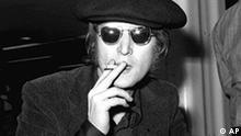 John Lennon, Ex-Beatle, am 14.07.1971 in London. Wenige Tage vor seinem 25. Todestag wird erstmals ein sehr emotionales Interview mit dem Beatle aus dem Jahr 1970 im Rundfunk (BBC Radio) gesendet. Darin zeige sich der Musiker nicht nur traurig über das Auseinanderbrechen der Beatles, sondern auch wütend, berichtete der «Daily Telegraph» am Freitag (18.11.2005). Er lasse kaum ein gutes Haar an seinen Musikerkollegen. Foto: epa +++(c) dpa - Bildfunk+++