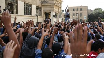 Ägypten Studenten Demonstration an der Cairo University 27.10.2014 (picture-alliance/AA/M. Hossam)