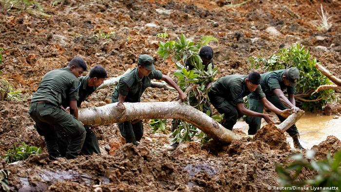 Members of a military rescue team search at the site of a landslide at the Koslanda tea plantation near Haldummulla October 30, 2014. REUTERS/Dinuka Liyanawatte