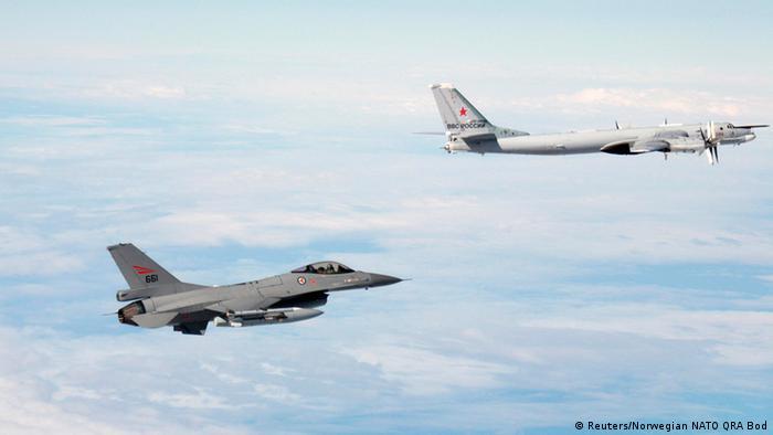 Норвежский истребитель сопровождает российский бомбардировщик в международном воздушном пространстве