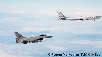 Tu-95 Bomber Russland mit norwegischen F-16
