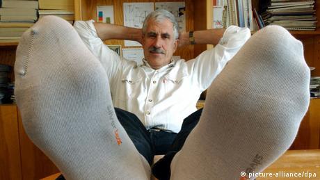 Ein Mann liegt auf dem Rücken und streckt seine Füße mit Socken ins Bild (picture-alliance/dpa)