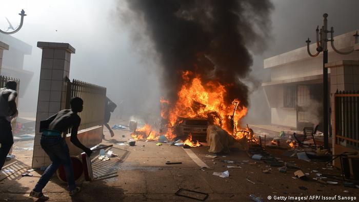 Ausschreitungen und Brand (Foto: ISSOUF SANOGO/AFP/Getty)