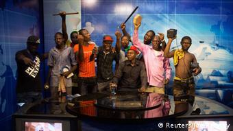Demonstranten besetzen Studios des Staatsfernsehens. (Foto: Reuters/Joe Penney)