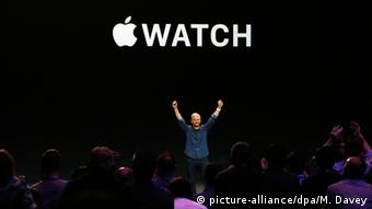 Apple CEO Tim Cook announcing the Apple Watch in 2014, Copyright: picture-alliance/dpa/M. Davey