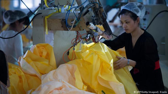 Chinesische Fabrik produziert Schutzanzüge 23.10.2014