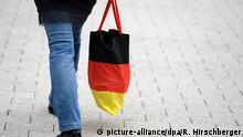 Deutschland Symbolbild Inflation Frau mit Einkaufsbeutel