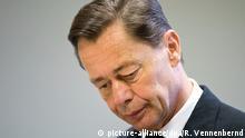 ARCHIV - Der ehemalige Vorstandsvorsitzende von Arcandor, Thomas Middelhoff, blickt am 21.10.2014 im Landgericht in Essen (Nordrhein-Westfalen) umher. Middelhoff soll Charterflüge und eine Festschrift für seinen Mentor zu Unrecht über die Firma abgerechnet haben. Foto: Rolf Vennenbernd/dpa (zu Hintergrund: Der Middelhoff-Prozess von A bis Z vom 30.10.2014) +++(c) dpa - Bildfunk+++