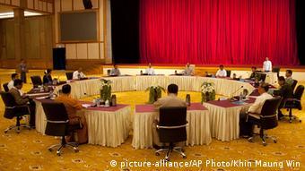 Myanmars Runder Tisch zur inneren Aussöhnung (Foto: picture-alliance/AP Photo/Khin Maung)