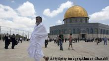 Bildunterschrift:Muslim worshipers walk in front the Dome of Rock, at the Al-Aqsa Mosque compound, Islam's third most holy site, in the old city of Jerusalem on June 6, 2014. AFP PHOTO / AHMAD GHARABLI (Photo credit should read AHMAD GHARABLI/AFP/Getty Images)
