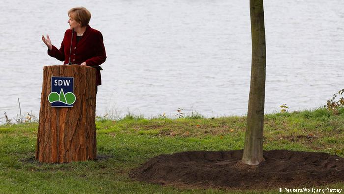 Merkel spricht nach der Pflanzung des Einheitsbaums in Bonn (Foto: Reuters)