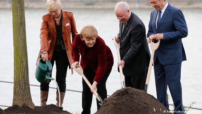 Merkel pflanzt Einheitsbaum in Bonn (Foto: Reuters)
